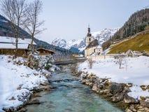 Vista panoramica del paesaggio scenico di inverno nelle alpi bavaresi con la chiesa di parrocchia famosa della st Sebastian nel v Fotografia Stock