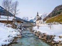 Vista panoramica del paesaggio scenico di inverno nelle alpi bavaresi con la chiesa di parrocchia famosa della st Sebastian nel v Immagini Stock