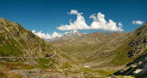 Vista panoramica del passaggio di St Bernard nelle alpi Immagini Stock