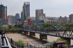 Vista panoramica del ponte mai visto del ferro costruito sul fiume Giallo immagini stock