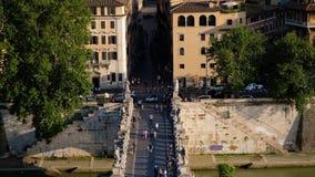 Vista panoramica del Ponte Sant' Angelo Bridge sopra il fiume del Tevere ed il quarto storico di Roma, Italia archivi video