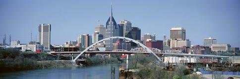 Vista panoramica del ponte sopra l'orizzonte di Nashville e del fiume Cumberland, TN Fotografie Stock