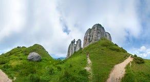 Vista panoramica del supporto Ciucas su estate con le formazioni rocciose Fotografie Stock Libere da Diritti