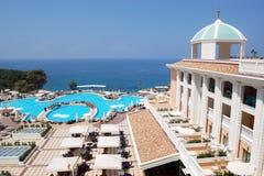 Vista panoramica del territorio con una piscina e un orig Immagini Stock