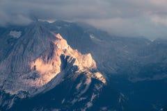 Vista panoramica del tramonto della montagna Fotografia Stock