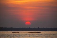 Vista panoramica del tramonto e dell'albero morto di galleggiamento sul lago fotografia stock libera da diritti