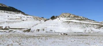 Vista panoramica del villaggio di Castelluccio di Norcia, in Umbria, Immagine Stock