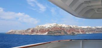 Vista panoramica del villaggio di Santorini OIA da una nave da crociera Fotografie Stock Libere da Diritti