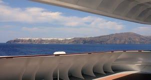 Vista panoramica del villaggio di Santorini OIA da una nave da crociera Immagini Stock