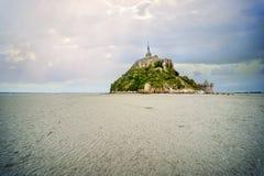Vista panoramica dell'isola di marea famosa del Le Mont Saint-Michel un giorno nuvoloso, Normandia, Francia del Nord fotografia stock libera da diritti