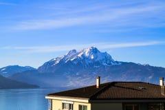 Vista panoramica dell'orizzonte del supporto Pilatus sopra il lago Fotografia Stock