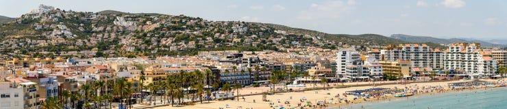 Vista panoramica dell'orizzonte della stazione balneare della città di Peniscola in mare il mar Mediterraneo Immagini Stock Libere da Diritti