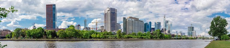 Vista panoramica dell'orizzonte di Francoforte e del fiume principale di estate Fotografie Stock Libere da Diritti