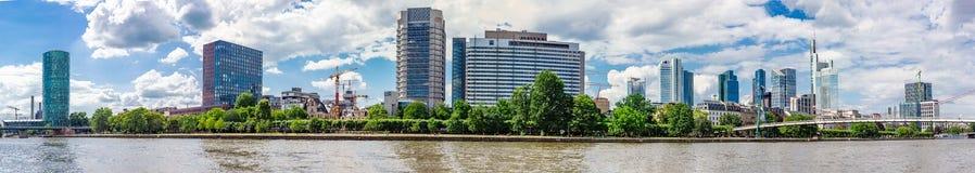 Vista panoramica dell'orizzonte di Francoforte e del fiume principale di estate Fotografie Stock