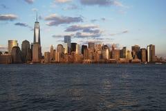 Vista panoramica dell'orizzonte di New York su acqua che caratterizza un World Trade Center (1WTC), Freedom Tower, New York, New  Fotografia Stock