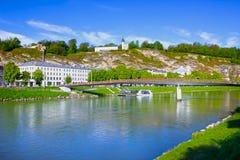 Vista panoramica dell'orizzonte di Salisburgo con il fiume Salzach, terra di Salzburger, Austria Fotografia Stock Libera da Diritti