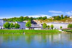 Vista panoramica dell'orizzonte di Salisburgo con il fiume Salzach, terra di Salzburger, Austria Fotografia Stock
