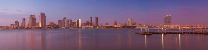 Vista panoramica dell'orizzonte di San Diego dall'isola di Coronado al tramonto immagine stock