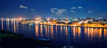 Vista panoramica della baia e dell'orizzonte di Avana alla notte Fotografia Stock