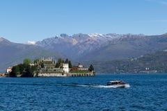 Vista panoramica della barca e dell'isola nell'area nordica dei laghi italy immagini stock libere da diritti