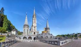 Vista panoramica della basilica del rosario a Lourdes immagini stock libere da diritti