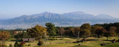 Vista panoramica della caldera vulcanica di Aso dal suo orlo del sud immagine stock libera da diritti