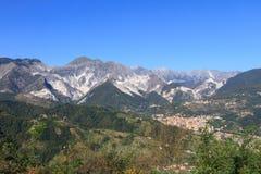 Vista panoramica della catena di montagna di Alpi Apuane in Toscana, Italia Immagini Stock Libere da Diritti