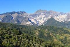 Vista panoramica della catena di montagna di Alpi Apuane in Toscana, Italia Fotografia Stock