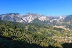 Vista panoramica della catena di montagna di Alpi Apuane in Toscana, Italia Immagini Stock