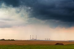 Vista panoramica della centrale elettrica sotto le nuvole tempestose fotografia stock libera da diritti