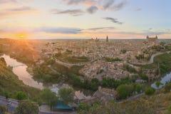 Vista panoramica della città antica e dell'alcazar su una collina sopra La Mancha, Toledo, Spagna del Tago, Castiglia Fotografie Stock