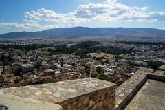 Vista panoramica della città di Atene dall'acropoli che vede rovina antica, architettura di costruzione, gli alberi, montagna ed  Immagini Stock Libere da Diritti
