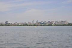 Vista panoramica della città di Hangzhou dal lago ad ovest famoso fotografia stock