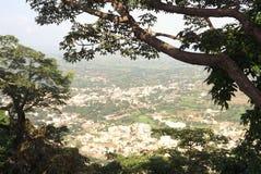 Vista panoramica della città di Junnar dalla fortificazione di Shivneri fotografia stock libera da diritti