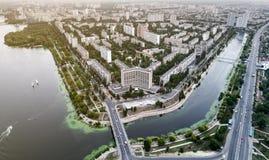 Vista panoramica della città di Kiev con il fiume di Dnieper sulla riva sinistra Siluetta dell'uomo Cowering di affari Fotografia Stock