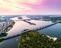 Vista panoramica della città di Kiev con il fiume di Dnieper nel mezzo Siluetta dell'uomo Cowering di affari Immagine Stock