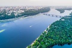 Vista panoramica della città di Kiev con il fiume di Dnieper sulla riva sinistra Siluetta dell'uomo Cowering di affari Immagine Stock Libera da Diritti