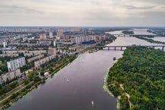Vista panoramica della città di Kiev con il fiume di Dnieper sulla riva sinistra Siluetta dell'uomo Cowering di affari Fotografia Stock Libera da Diritti