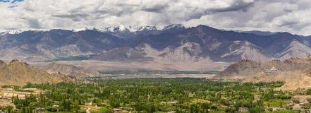 Vista panoramica della città di Leh di estate, Ladakkh, Jammu Kashmir, dentro Immagine Stock Libera da Diritti
