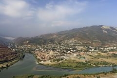 Vista panoramica della città e del fiume Kura di Mtskheta dal monastero di Jvari Fotografia Stock Libera da Diritti