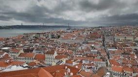 Vista panoramica della città e del Tago di Lisbona stock footage