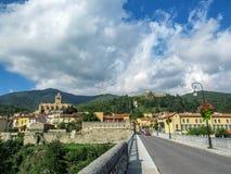 Vista panoramica della città fortificata medievale con la chiesa di San-Juste-et-Sainte-Ruffine, Lagarde forte e le montagne, del fotografia stock libera da diritti