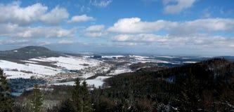 Vista panoramica della città nella valle Fotografia Stock Libera da Diritti