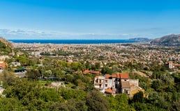 Vista panoramica della costa della città e di mar Mediterraneo di Palermo intorno da Monreale, Sicilia fotografia stock libera da diritti