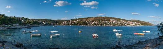 Vista panoramica della costa di gornji di Okrug, Croazia fotografia stock