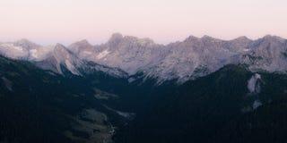 Vista panoramica della cresta delle montagne di Marmolada dopo il tramonto Immagini Stock