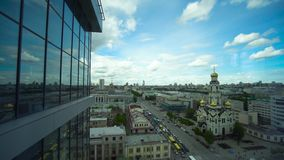 Vista panoramica della finestra e di grande città piacevole Vista della città dal centro di affari stock footage