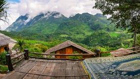 Vista panoramica della foresta e delle alte montagne, Immagine Stock