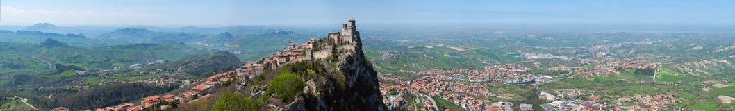 Vista panoramica della fortezza di Guaita in San Marino Republic dalla torre di Cesta Fotografia Stock