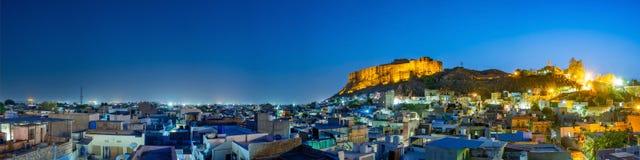 Vista panoramica della fortificazione di Mehrangarh a Jodhpur su tempo di sera, Ragiastan, India immagini stock